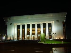 Дворец форумов ночью Ташкент сквер