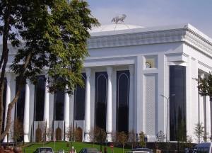 Дворец форумов днем Ташкент сквер