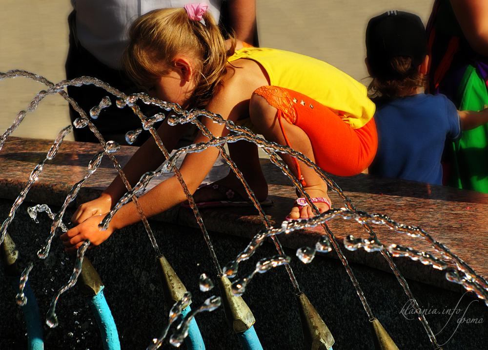 Девочка и фонтан