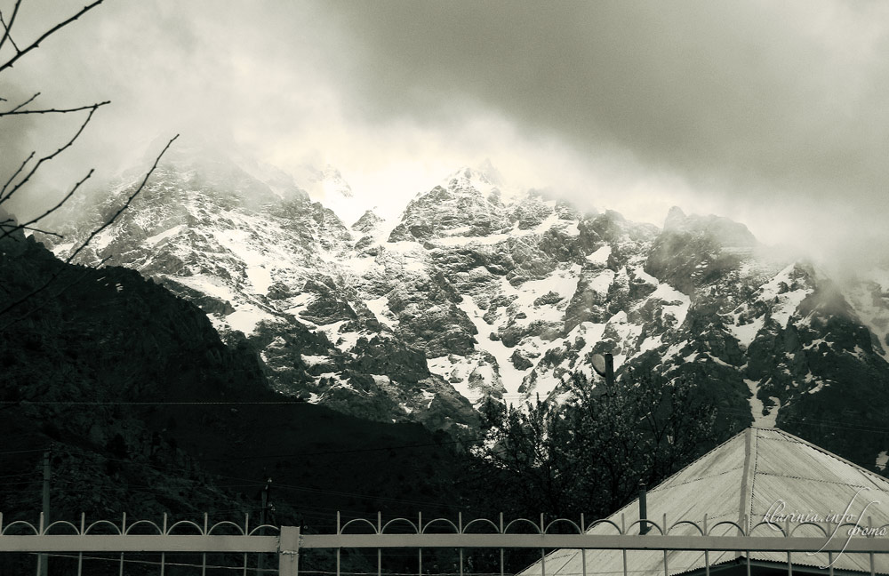 Горы, снег, солнце, тучи