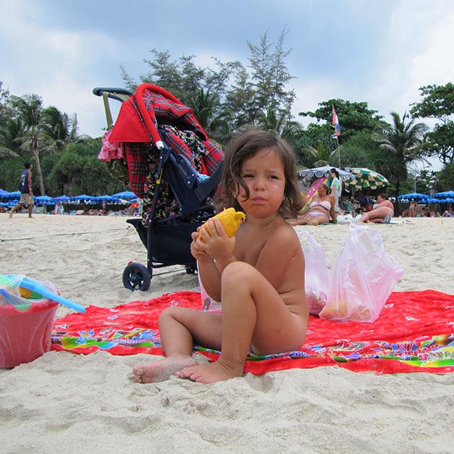 Соня ест манго