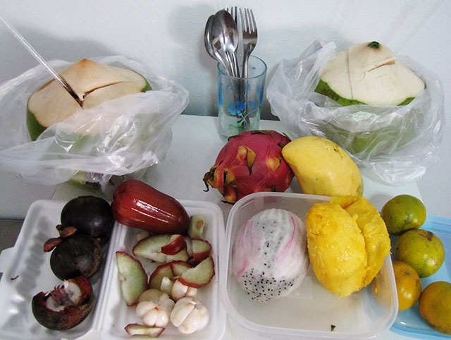 Манго, питахайя, мангостины, кокосы