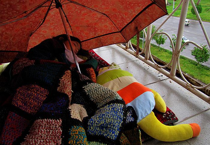 Соня спит на балконе под дождем