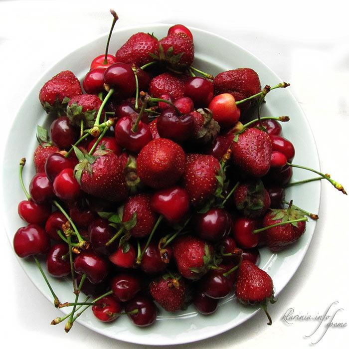 Клубника и черешня. А не пучит от фруктов?