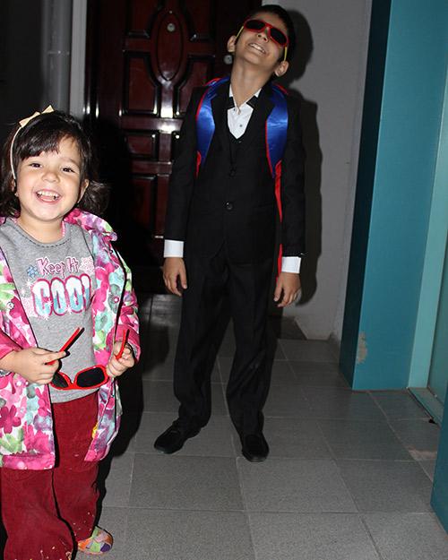 Похолодало Рачик и Соня идут в школу