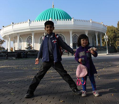 Дети у музея темуридов