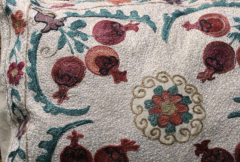 Подушка-наволочка вышитая андижанская